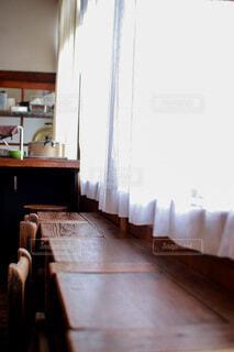 窓辺のテーブルとカーテンの写真・画像素材[3895045]