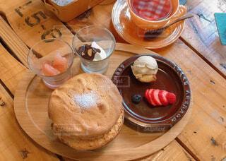 木製テーブルの上のケーキの写真・画像素材[3955303]