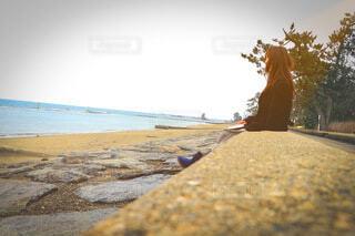 浜辺に座る女性の写真・画像素材[3964596]
