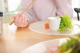 食事をする女性の写真・画像素材[4034271]