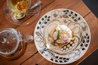 おしゃれなカフェのケーキと紅茶の写真・画像素材[4469159]
