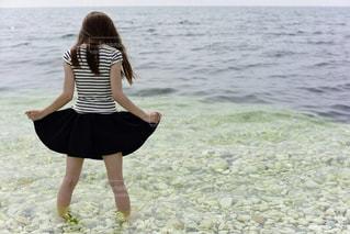 女性,1人,モデル,自然,風景,海,夏,後ろ姿,美脚,脚