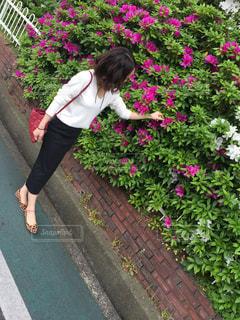 庭に立っている女性 - No.720244