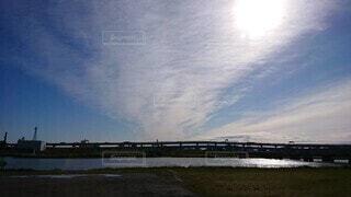 河川敷から見た幻想的な青空の写真・画像素材[3901027]