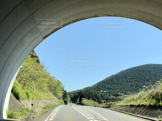 道路、トンネルを抜けるの写真・画像素材[3938515]
