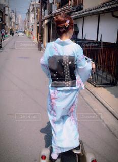 女性が通りを歩いています。の写真・画像素材[1173816]