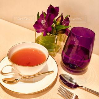 テーブルの上のコーヒー カップの写真・画像素材[1173820]