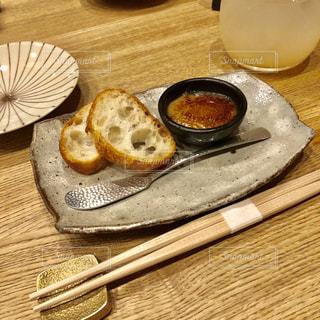 木製のテーブルの上に座ってサンドイッチの写真・画像素材[1173840]