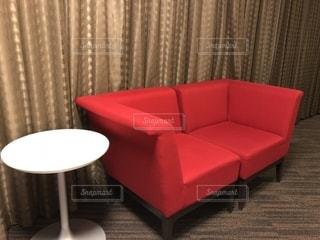 部屋に大きな赤い椅子の写真・画像素材[1225236]