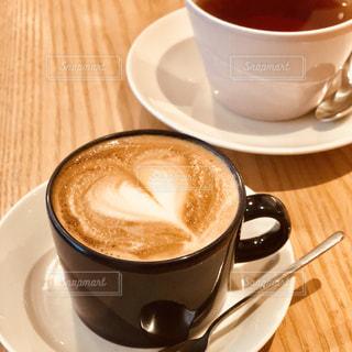 テーブルの上のコーヒー カップの写真・画像素材[1252491]