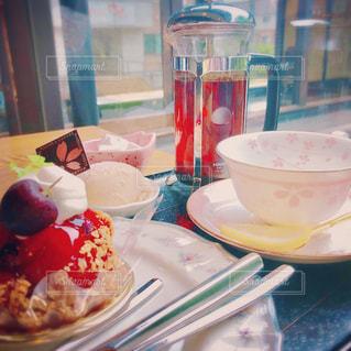 テーブルの上に食べ物のプレートの写真・画像素材[1263963]