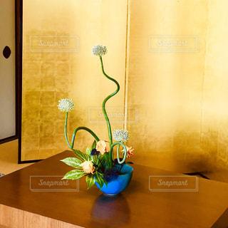 木製テーブルの上に座っている花の花瓶の写真・画像素材[1263981]