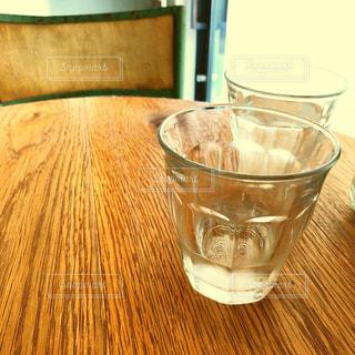 テーブルの上のガラスのコップの写真・画像素材[1650160]