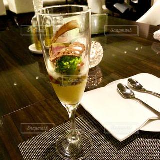 テーブルの上に座っているグラスワインの写真・画像素材[1663235]