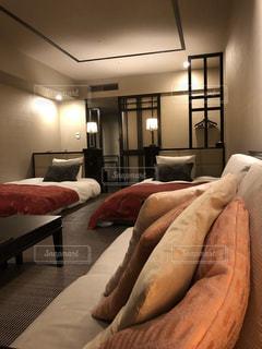ホテルの部屋でダブルベッドの写真・画像素材[1672625]