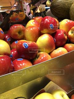 ツヤツヤのりんごの写真・画像素材[2164271]
