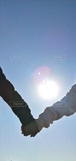 太陽の下で手を繋ぐ子供の写真・画像素材[4018352]