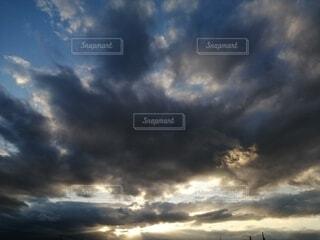 夕暮れの空と雲の写真・画像素材[4036826]