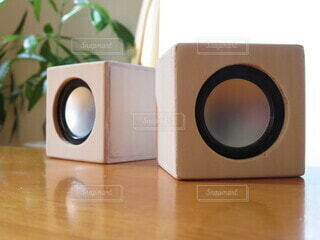 木製のテーブルの上のスピーカーの写真・画像素材[3911250]
