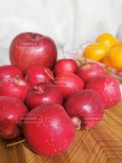 木のボウルとりんごの写真・画像素材[3910558]