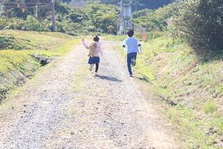 あぜ道を走る子供達の写真・画像素材[3911381]