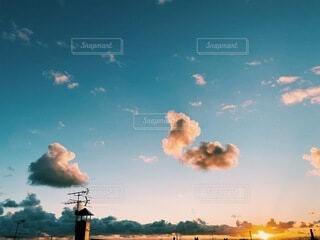 掴めそうで掴めない空の雲の写真・画像素材[3972430]