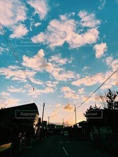 街に沈む夕日の写真・画像素材[3972436]