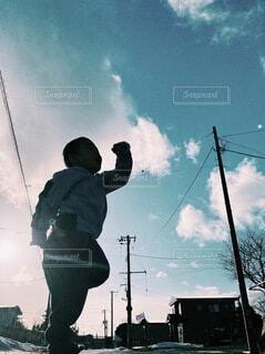 青い空に向かっての写真・画像素材[4078971]