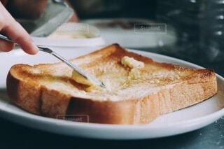 初めて息子がパンにマーガリンをぬった日の写真・画像素材[4118947]