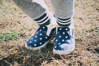 小さな足小さな足靴の写真・画像素材[4127634]