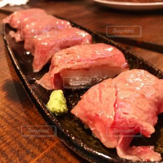 肉寿司のアップの写真・画像素材[887357]