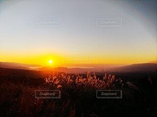 山に沈む夕陽の写真・画像素材[3918486]