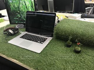 会社のデスクに芝生が生えてるの写真・画像素材[1092003]