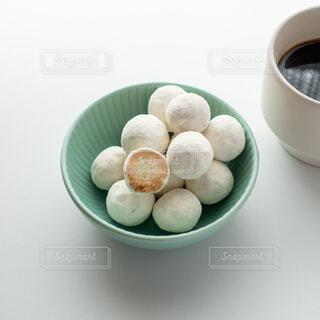 スノーボールクッキーとコーヒーの写真・画像素材[3952519]