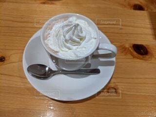 木製のテーブルにコーヒーを一杯入れたの写真・画像素材[3938434]
