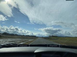 田んぼ道と雲の写真・画像素材[3931855]