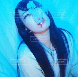 タバコを吸う女性の写真・画像素材[3930970]