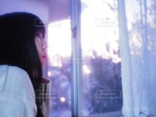 窓の前に立っている人の写真・画像素材[4118183]