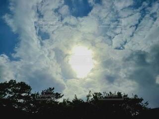 冬の空の太陽の写真・画像素材[4041178]