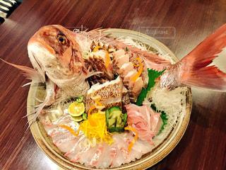 木製のテーブルの上に食べ物のプレートの写真・画像素材[1474614]