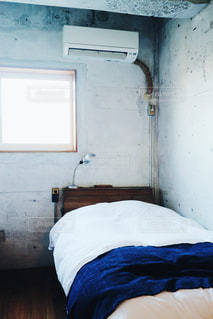 部屋のベッド付きのベッドルームの写真・画像素材[1030234]