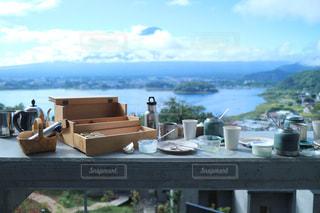 外で食べる朝食の写真・画像素材[1030288]