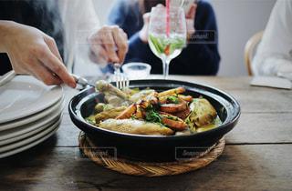 テーブルの上に食べ物のボウルの写真・画像素材[1032047]