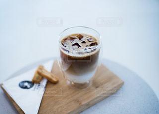 木製テーブルの上のコーヒー カップの写真・画像素材[1134686]