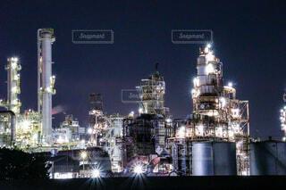 夜になると都市の上にそびえ立つ大きな時計塔の写真・画像素材[4878967]