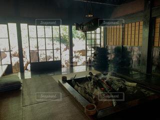 家具と大きな窓でいっぱいの部屋の写真・画像素材[4878981]
