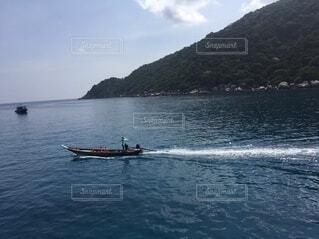 海に浮かぶ小さなボートの写真・画像素材[3943918]