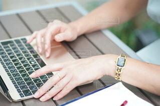 パソコンで仕事を進めている女性の写真・画像素材[3942247]