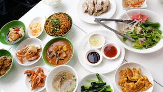 テーブルにたくさんのアジア料理の写真・画像素材[3942248]