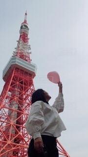 風船と私の写真・画像素材[4302982]